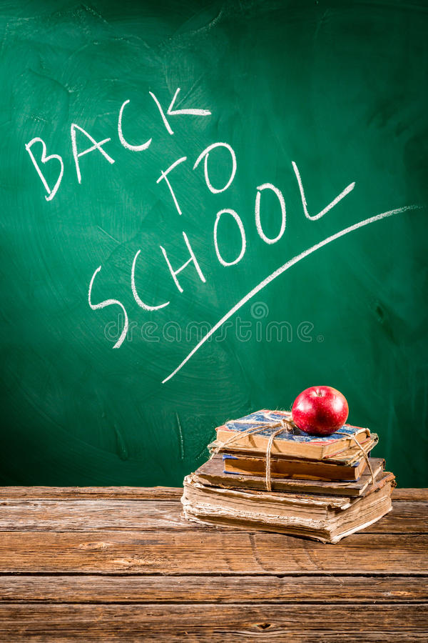 L'école est prête aux étudiants revenant image stock