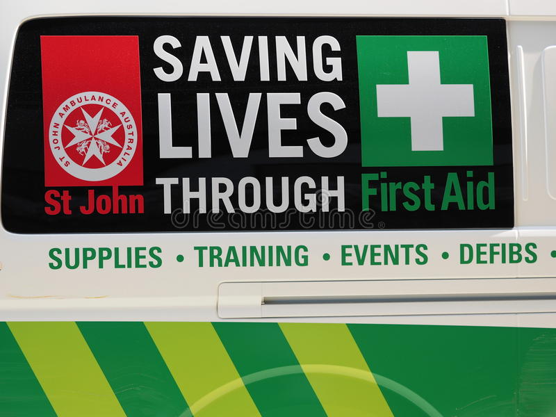 L'économie vit par le signage de premiers secours dans un fourgon d'ambulance photos libres de droits