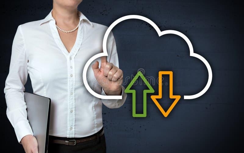 L'écran tactile de concept de nuage est montré par la femme d'affaires image libre de droits