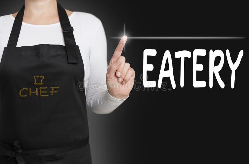 L'écran tactile de restaurant est actionné par le chef image stock