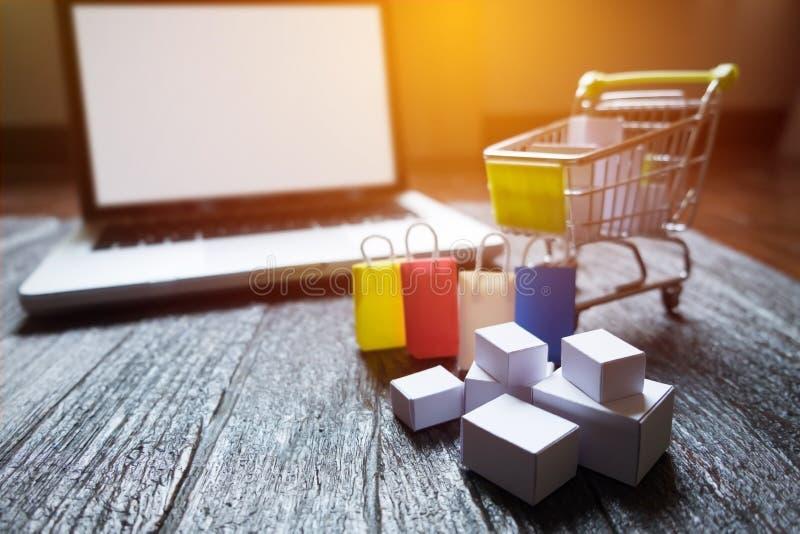 l'écran vide et le houblonnage d'ordinateur portable transportent en charrette complètement des cadeaux avec le copyspac photographie stock libre de droits