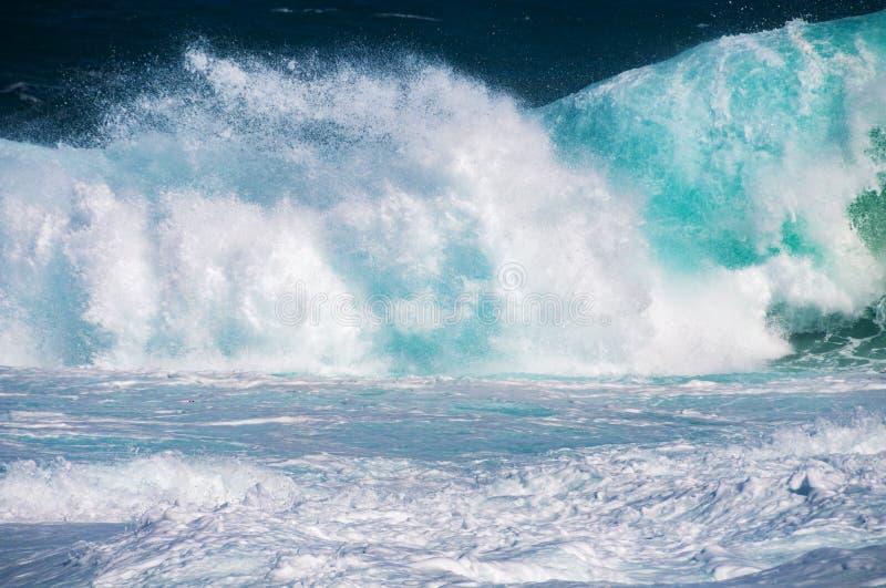 L'écrasement de vague avec éclabousse et la mousse blanche photos libres de droits