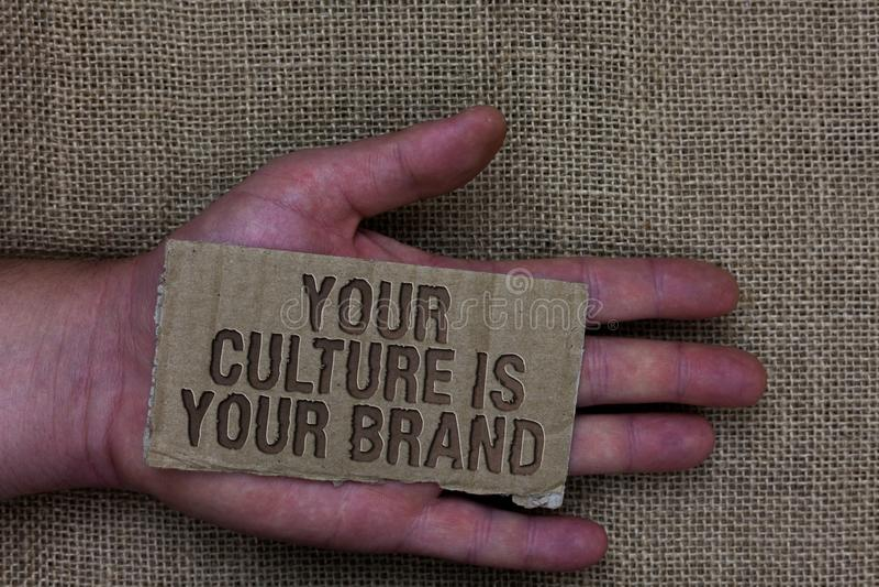 L'écriture conceptuelle de main montrant votre culture est votre marque Les expériences de la connaissance des textes de photo d' image stock