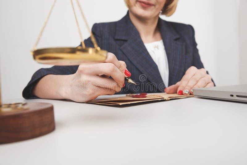 L'écriture de juriste de femme sur le document sur papier a isolé photos libres de droits