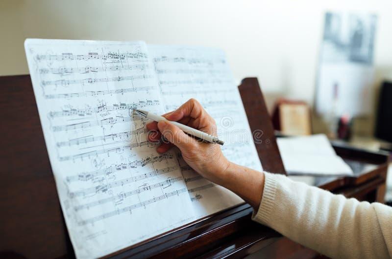 L'écriture note entre les lignes sur la musique de feuille photo libre de droits
