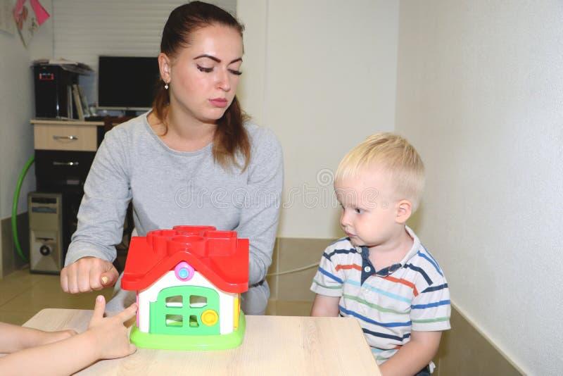 L'éducateur a affaire avec l'enfant dans le jardin d'enfants Créativité et développement de l'enfant image libre de droits
