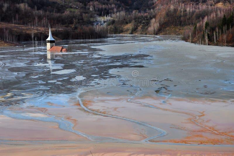L'église abandonnée a inondé par un lac complètement avec de l'eau l'eau contaminée images stock