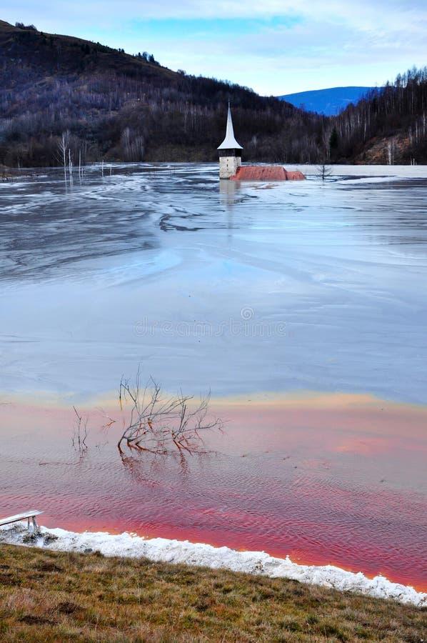 L'église abandonnée a inondé par un lac complètement avec les résiduels chimiques images libres de droits