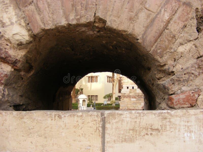 L'église accrochante avec la croix sur le dessus et les lanternes dans le secteur le Caire de fostat fokhareen des gergis le vieu photographie stock libre de droits