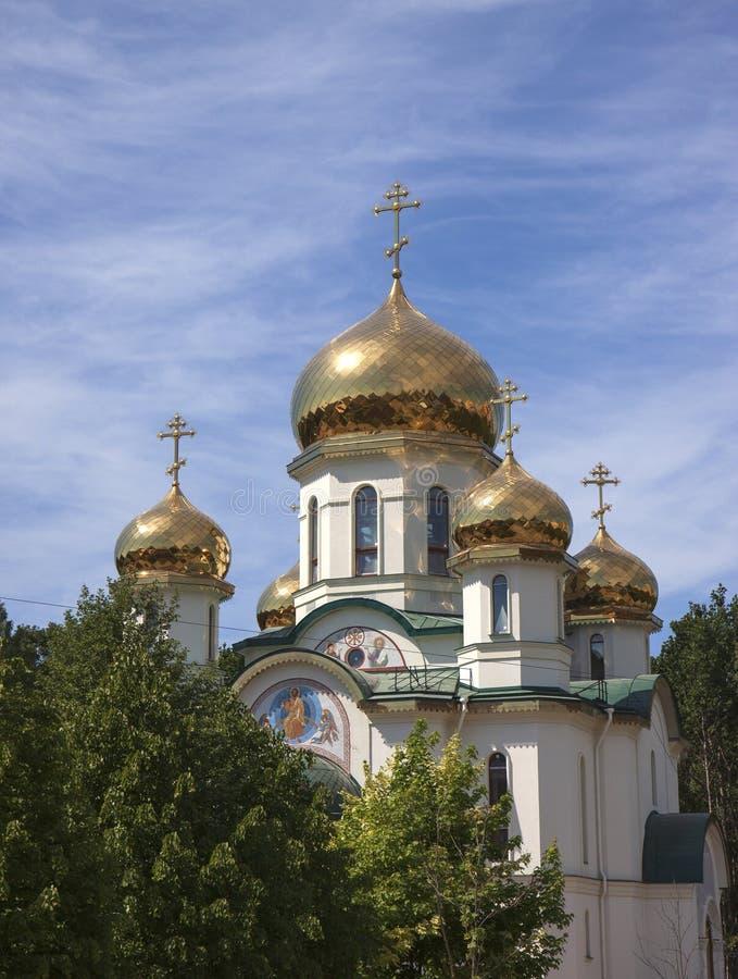l'église couvre d'un dôme orthodoxe d'or image libre de droits