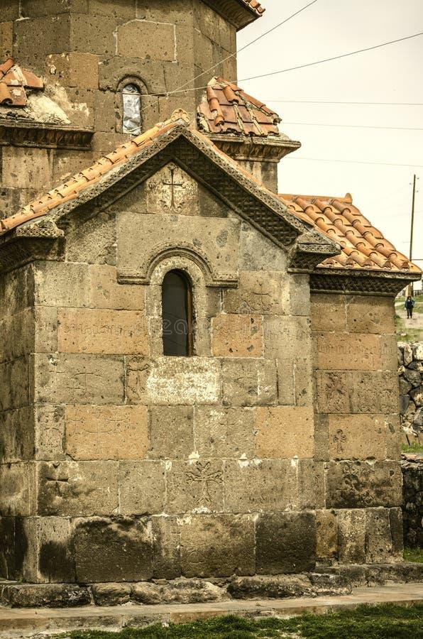 L'église cruciforme de Karmravor avec l'aspida de négligence, couvert de tuiles rouges, a arqué la fenêtre dans la ville d'Ashtar photo stock