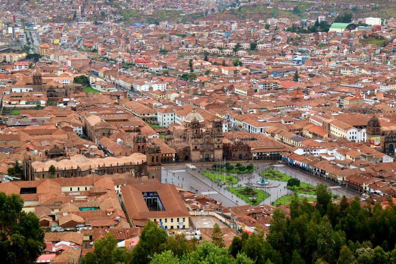 L'église d'Iglesia de la Compania De Jésus sur la vue de place de Armas de plaza de la citadelle de Sacsayhuaman, Cusco photo libre de droits