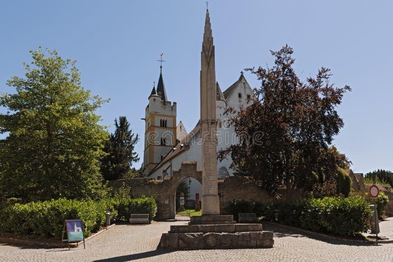 L'église de château avec le mur médiéval de ville dans la ville d'ingelheim d'ober rheinhessen la Rhénanie Palatinat Allemagne photo libre de droits