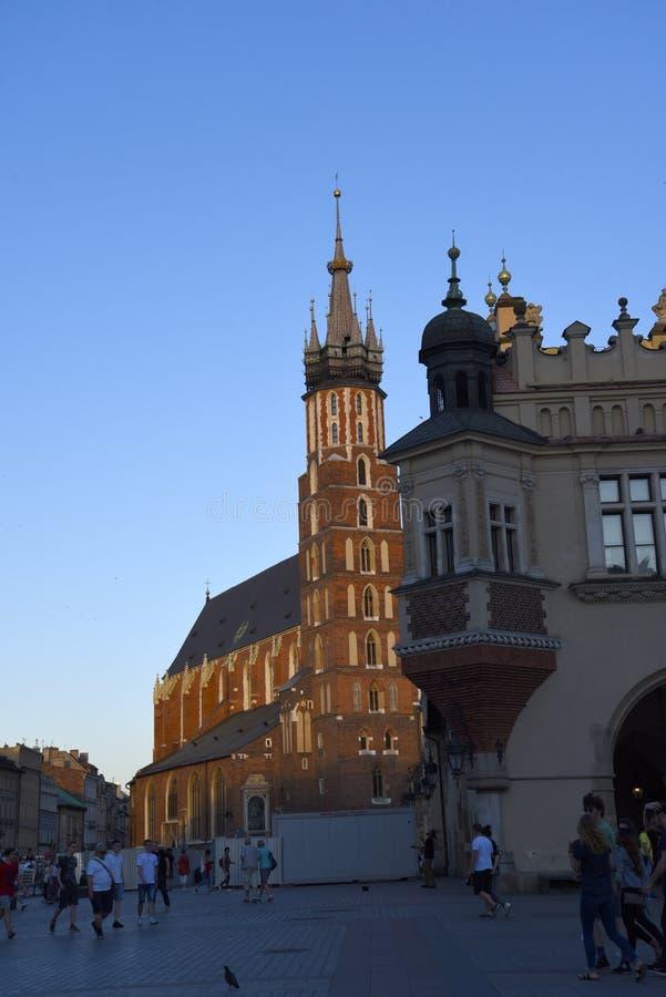 L'église de Mariacki dans la place du marché à Cracovie Cracovie la capitale culturelle officieuse de la Pologne photos libres de droits