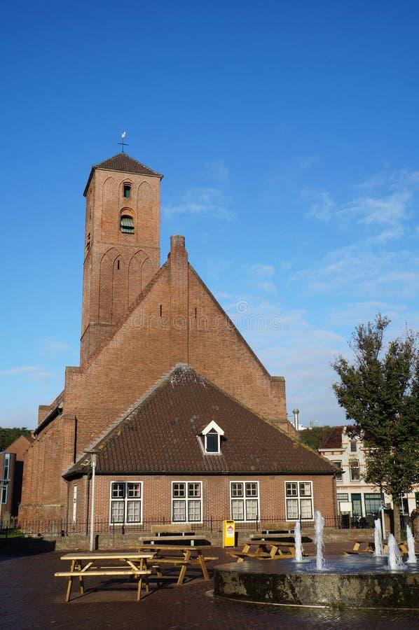 L'église de petite ville dans Wijk Zee aan image libre de droits