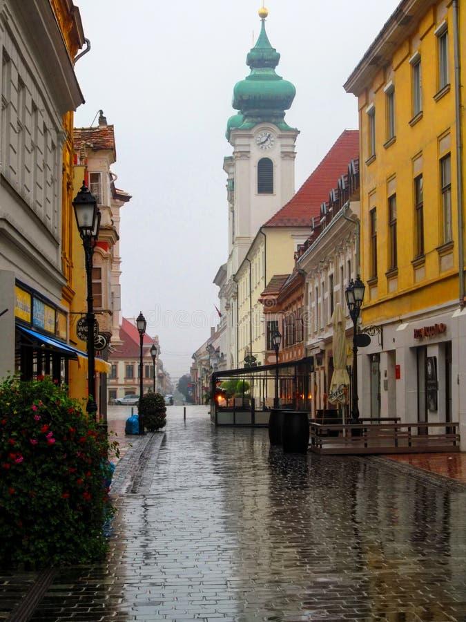 L'église de rue et de Bénédictine d'utca de Kazinczy sur Széchenyi ajustent un jour pluvieux d'été photos stock