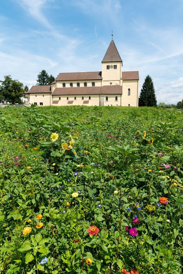 L'église de St Georg sur l'île de Reichenau sur le Lac de Constance avec les wildflowers colorés dans le premier plan images stock