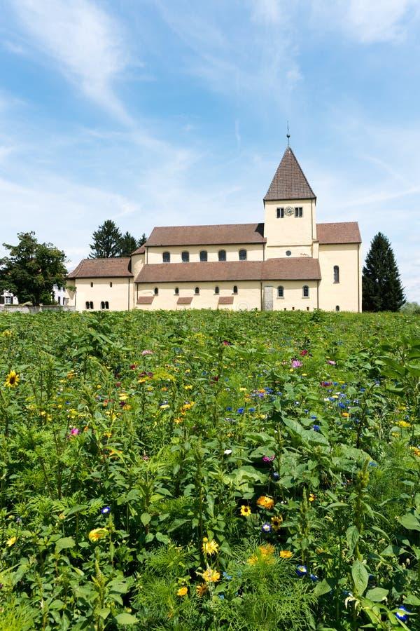 L'église de St Georg sur l'île de Reichenau sur le Lac de Constance avec les wildflowers colorés dans le premier plan image stock