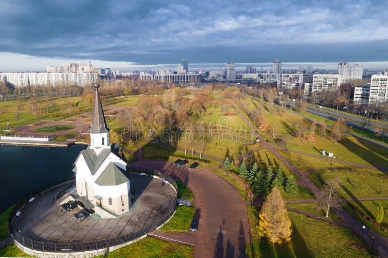 L'église de St George le pelliculage victorieux d'un quadcopter St Petersburg, R photos stock