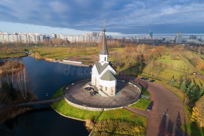 L'église de St George le victorieux dans le tir de parc de Pulkovo d'un quadcopter St Petersburg photographie stock libre de droits