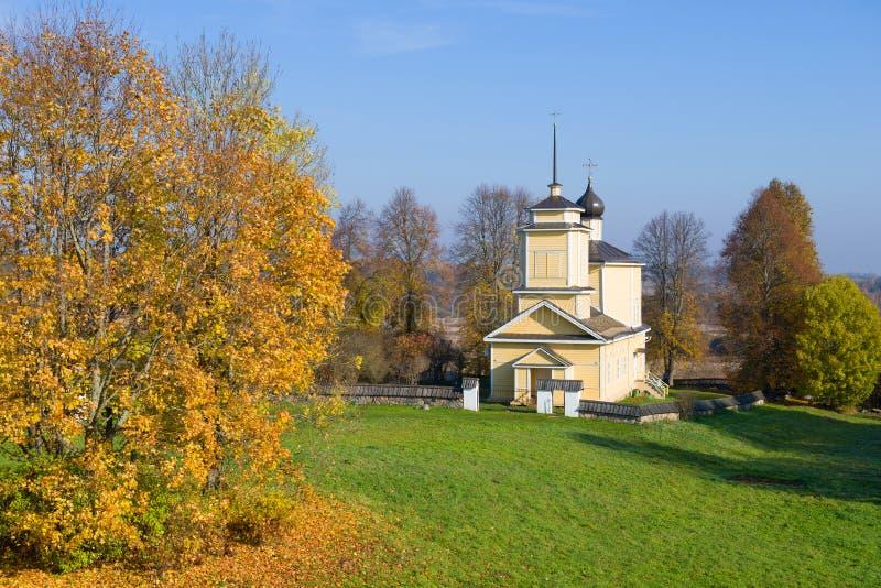 L'?glise de St George, octobre Voronich, montagnes de Pushkin Russie images stock
