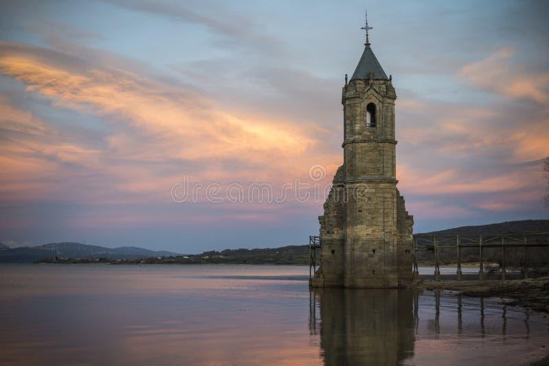 L'église de tour endigue la rivière l'Èbre la Cantabrie Espagne photos stock