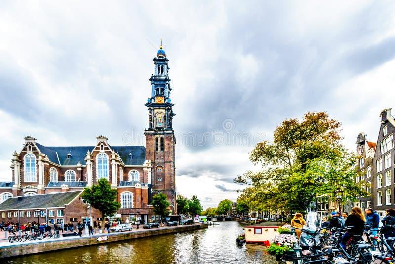 L'église de Westerkerk avec la tour de Westertoren vue des canaux de Prinsengracht dans le voisinage de Jordaan d'Amsterdam photographie stock libre de droits