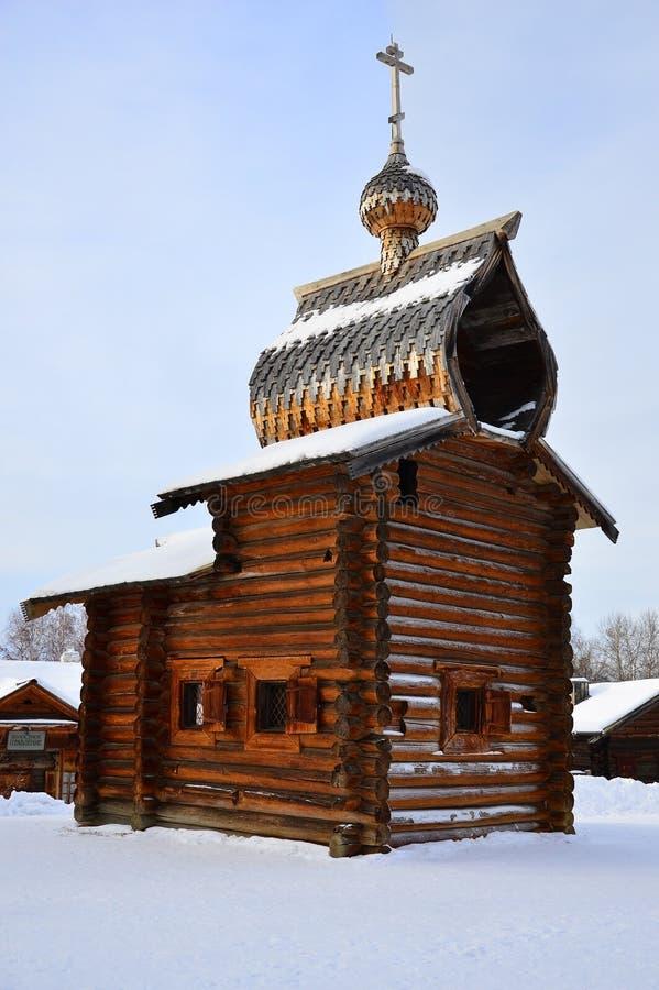 L'église en bois Le musée de l'architecture en bois sous le ciel ouvert siberia Russie merci images stock