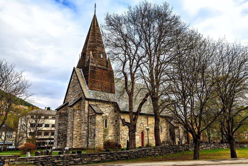L'église en pierre médiévale avec le toit en bois photos stock