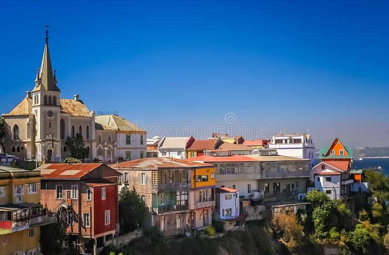 L'église et le flanc de coteau autoguide dans une banlieue de Valparaiso image libre de droits