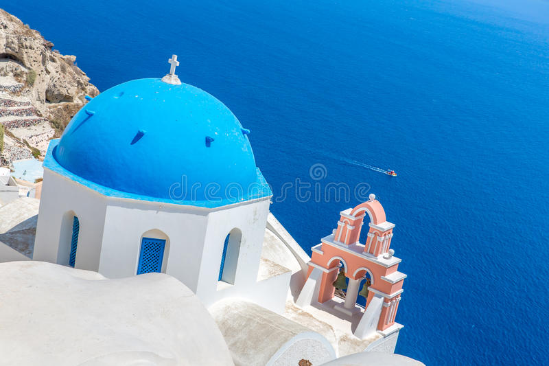 L'église la plus célèbre sur l'île de Santorini, Crète, Grèce. Tour de Bell et coupoles d'église grecque orthodoxe classique images stock