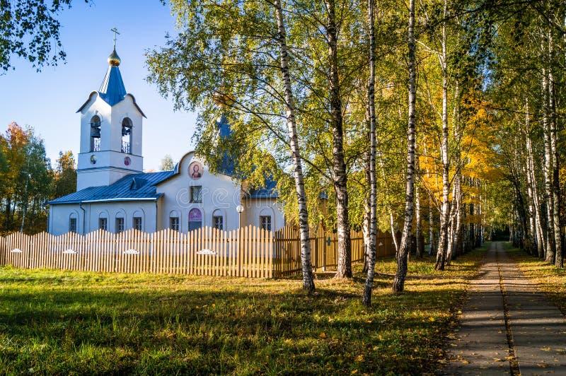 L'église orthodoxe en automne, près d'avenue de bouleau images stock
