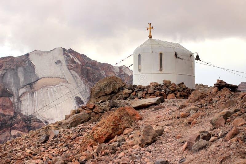 L'église près de la hutte de Betlemi près du bâti de Kazbek (la Géorgie) photographie stock