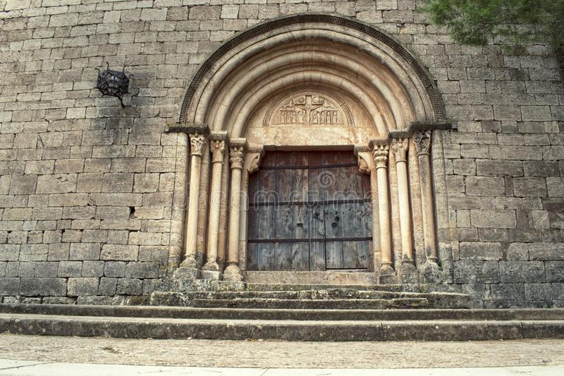 L'église romane de style située dans une ville en Espagne du nord a appelé Siurana image stock