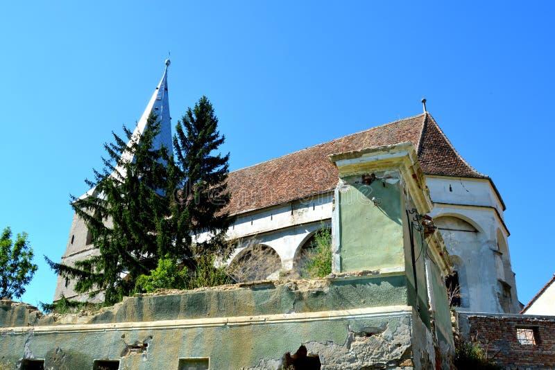 L'église saxonne médiévale enrichie monte dedans, comté de Brasov, la Transylvanie ruines images libres de droits
