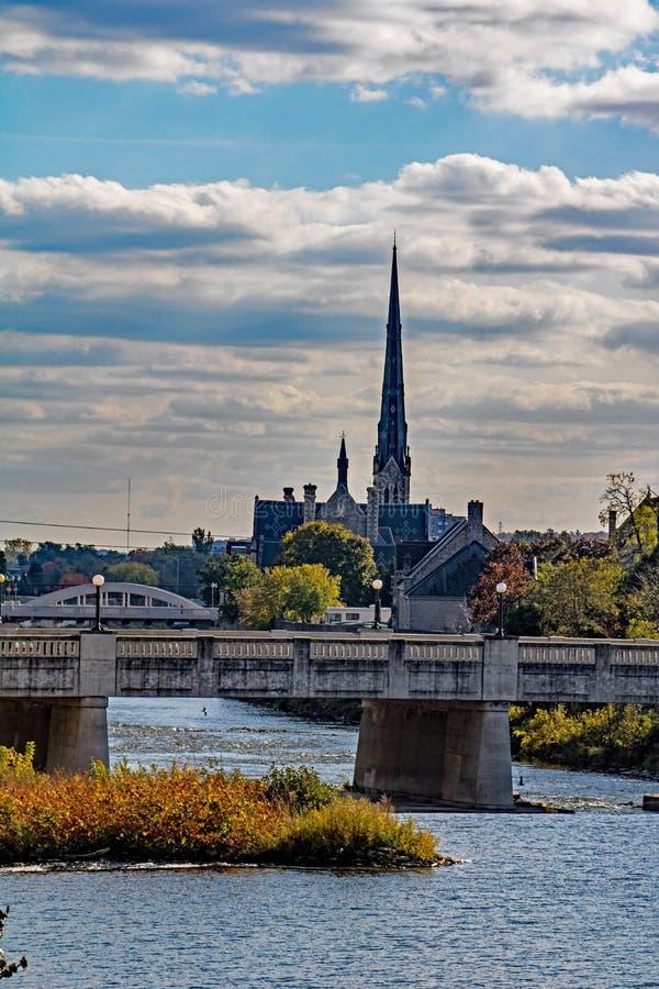 L'église Steeple se tient le long de la rivière grande image libre de droits