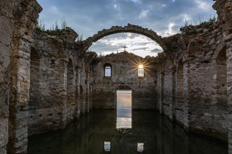 L'église submergée dans le barrage Zhrebchevo, Bulgarie images libres de droits