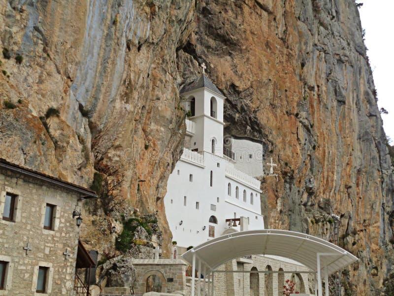 L'église supérieure du monastère d'Ostrog, un lieu de culte étonnant dans la grande roche d'Ostroska Greda, Niksic, Monténégro, l photographie stock libre de droits