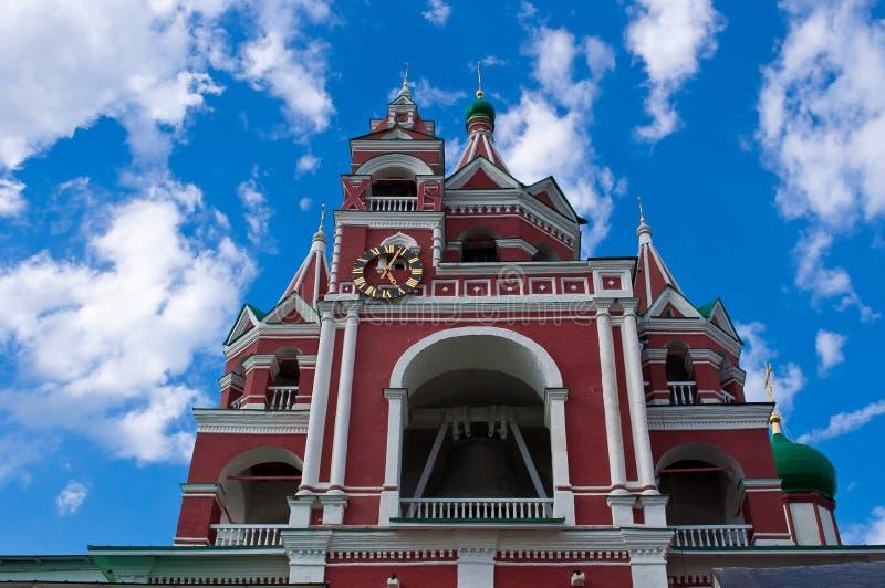 L'église sur le fond du ciel bleu images stock