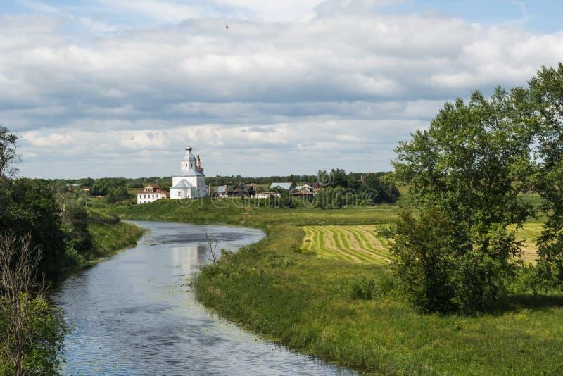 L'église sur le rivage de rivière photos libres de droits