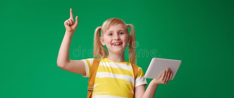 L'élève de sourire avec la tablette a eu l'idée sur le fond vert photo stock