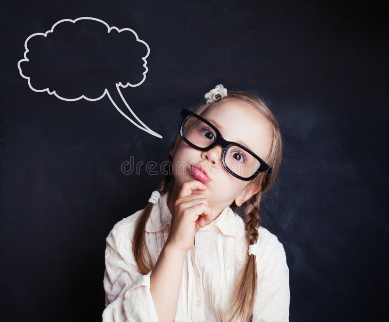 L'élève drôle de petite fille avec la parole opacifie le dessin de craie photographie stock