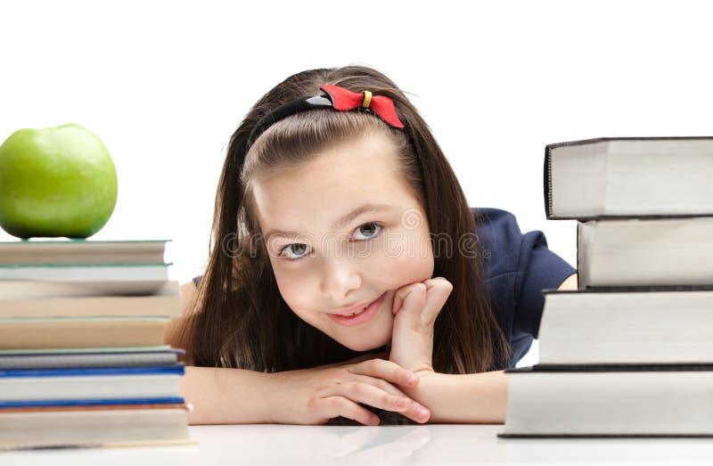 L'élève piaule à l'extérieur par les livres photographie stock