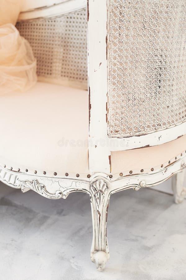 L'élément d'un vieux divan en bois de divan, fait de bois et rotin, tapissé avec le tissu, avec des boutons Rétro intérieur photos libres de droits