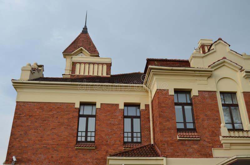 L'élément du bâtiment historique de façade de la gare ferroviaire dans la ville de MarijampolÄ-, Lithuanie photos libres de droits