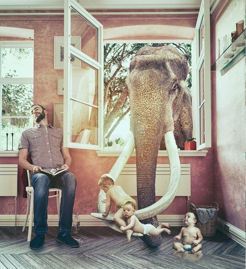 L'éléphant et les évasions de garçon photo stock