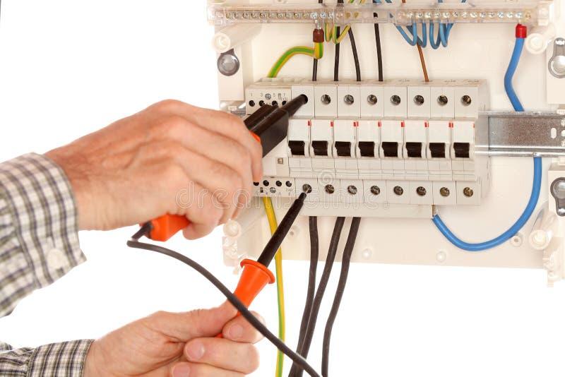 L'électricien examine un circuit photographie stock libre de droits
