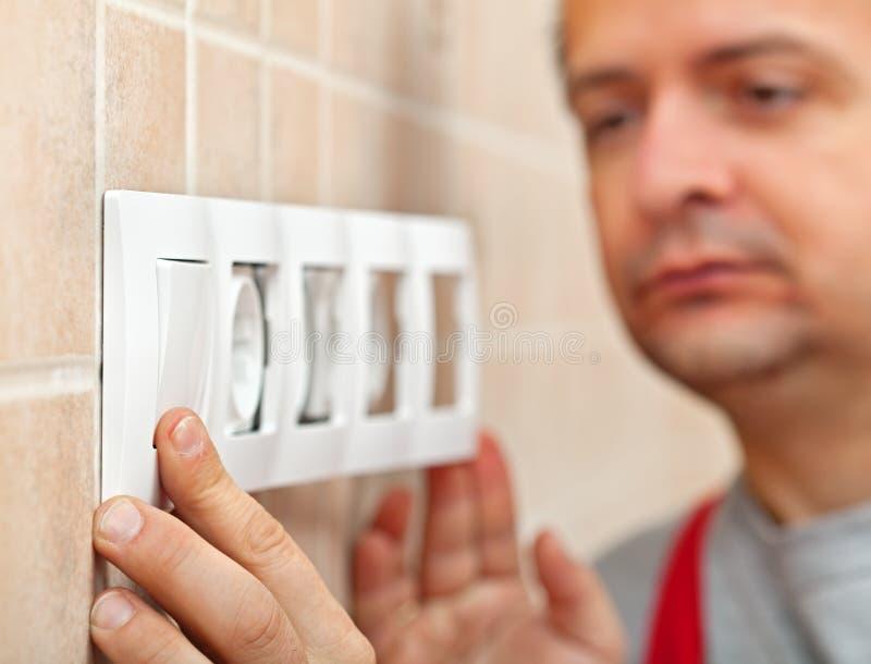 L'électricien a fini d'installer la prise murale électrique - plan rapproché image libre de droits