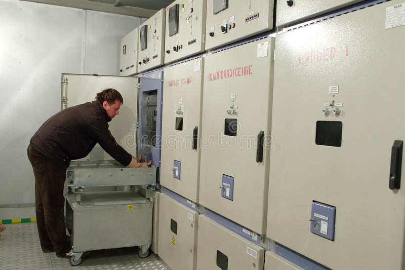 L'électricien fournit l'entretien du panneau électrique dans le switchbo photos libres de droits
