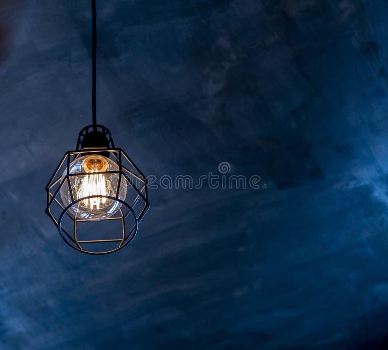 L'électricité de tache floue de fond de conception de sphère de cercle d'idée d'ampoule sur le fond noir photographie stock